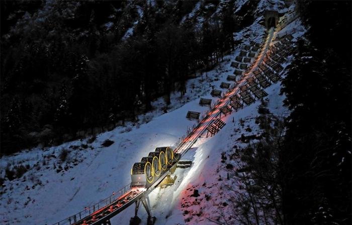 지난 15일 스위스의 산악열차 '슈비츠-슈토스 푸니쿨라'가 시범운행을 하고 있다. 총 1720m 구간을 운행하는 이 열차는 세계에서 가장 경사가 가파른 궤도를 운행하는 산악 열차로, 최고 47.7도의 경사 구간을 오르내린다.