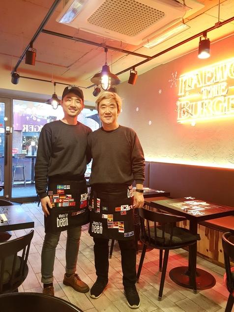 조민성 이태원더버거 사장(오른쪽)이 매장에서 직원과 포즈를 취하고 있다. / 조선비즈