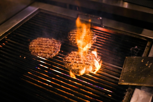 이태원더버거는 바베큐그릴에 숯불을 가미하여 고기 패티를 굽는다. /조선비즈 제공