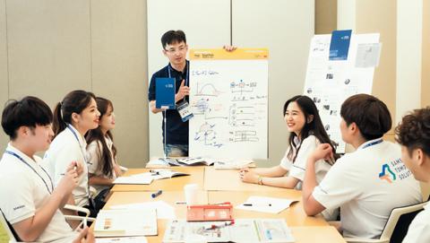 시민과 함께 사회문제를 해결하는 삼성전자 '투모로우 솔루션' 공모전 결선에 진출한 팀이 삼성전자 임직원 멘토와 함께 회의를 하고 있다./각사 제공