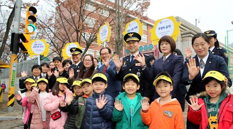 현대차는 착한 운전 캠페인 '기부 드라이빙'의 첫 결과물로 한 초등학교 앞에 안전 신호등을 설치했다./각사 제공