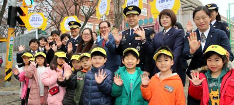현대차는 착한 운전 캠페인 '기부 드라이빙'의 첫 결과물로 한 초등학교 앞에 안전 신호등을 설치했다./현대차 제공