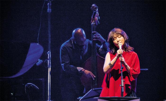 재즈 보컬리스트 나윤선은 23·24일 서울 국립극장에서 열린 공연에서 오직 아날로그 방식으로 작동하는 공연 장비만 써서 자신만의 색다른 재즈를 들려줬다.