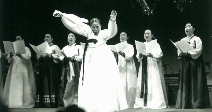 1994년 제1회 방일영국악상을 받던 날, 살풀이춤을 추고 있는 만정 김소희 선생.