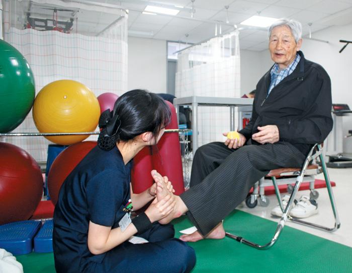 척추 수술을 받은 후 재활 치료 중인 환자의 모습.