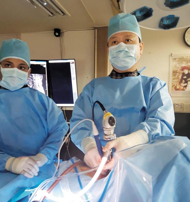 엄진화 원장이 양방향 척추내시경 신경감압술을 시행하고 있다.