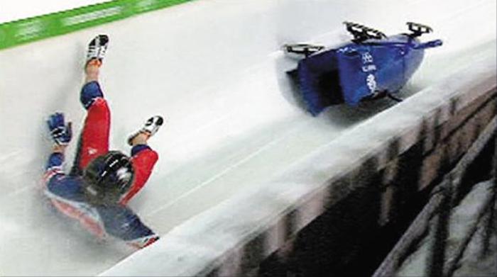 2010년 밴쿠버 동계올림픽 당시 영국 2인승 봅슬레이 팀의 썰매가 뒤집힌 모습. 썰매 아래쪽에 갇힌 파일럿은 트랙에 쓸리면서 등 부위에 화상을 입었다.