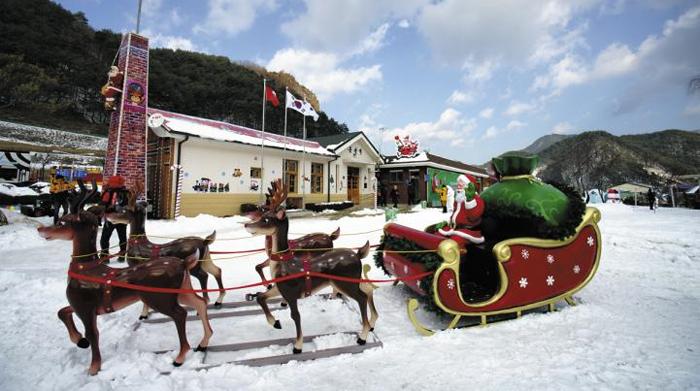 눈이 쌓인 경북 봉화군 분천역 광장에 썰매를 탄 산타 모형이 놓여 있다.