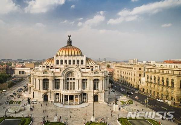 멕시코 멕시코시티의 '국립 예술궁전'.
