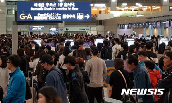 추석 황금연휴 나흘째인 3일 오전 인천공항을 통해 해외로 출국하는 인파들이 몰리면서 극심한 혼잡을 빚었다. 인천공항공사는 이날 출국객은 10만2343명으로 집계했다.