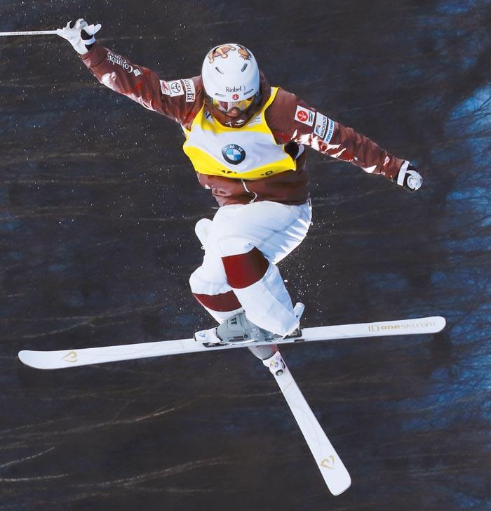 지난 21일 FIS(국제스키연맹) 월드컵(중국)에 출전한 킹스버리가 공중에서 스키를 교차해 십자(十字)로 만드는 모습