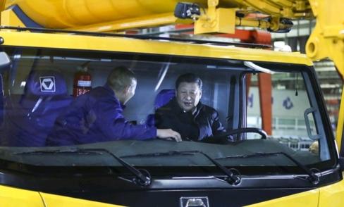 시진핑 중국 국가주석은 12월초 19대 이후 첫 시찰기업으로 건설 중장비 생산 국유기업 쉬궁을 찾아 제조업 육성을 강조했다.  /SCMP