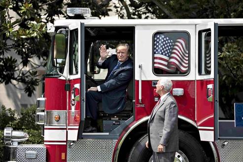 도널드 트럼프 대통령이 올 7월 백악관 뒤뜰에 주차된 소방차에 올라탔다. 메이드인아메리카 홍보를 위해서다. /블룸버그