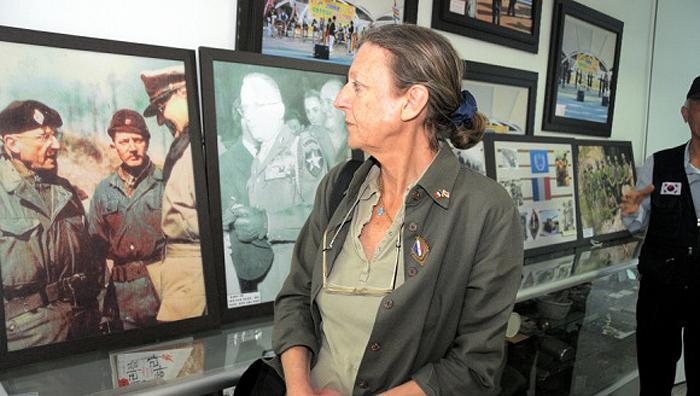 2010년 한국을 찾은 파비엔느씨가 양평 지평리전투기념관에서 아버지 몽클라르 장군 사진을 보고 있다. 왼쪽 전시 사진은 몽클라르(왼쪽) 장군이 1951년 2월 지평리 전투 후 맥아더(오른쪽) 유엔군 사령관과 이야기를 나누는 모습.