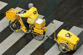 독일 우편 기업 도이치포스트의 집배원이 자전거를 타고 우편물을 배달하고 있다. 최근 이메일, 소셜미디어 활성화로 우편물량이 줄어들자 도이치포스트는 주1회 배달을 고려하고 있다.
