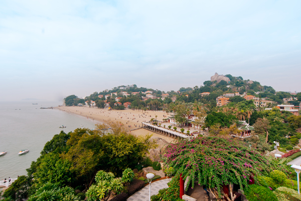 구랑위의 전경 사진, 해변과 식민지 시대의 건축물들이 보인다.