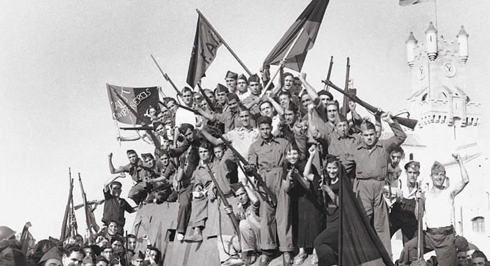 환희는 오래가지 못했다. 1936년 여름 장갑차 위에 올라간 스페인 무정부주의자 민병대원들. 3년 뒤 스페인 내전은 반군의 승리로 끝났다.갈라파고스