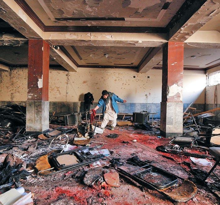 아프가니스탄 정부 관계자들이 28일(현지 시각) 카불 시내 연쇄 자폭 테러가 일어난 건물을 조사하고 있다.
