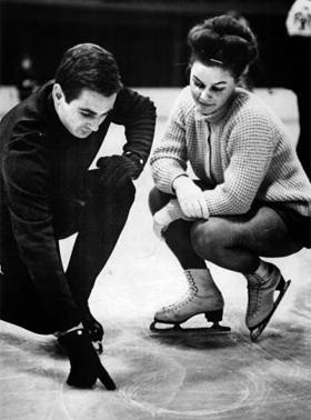 그때 그 시절의 피겨 동독 선수들이 컴펄서리 스케이팅 연습을 한 후, 빙판 위 도형 모양을 확인하고 있다. 1964년의 모습이다.