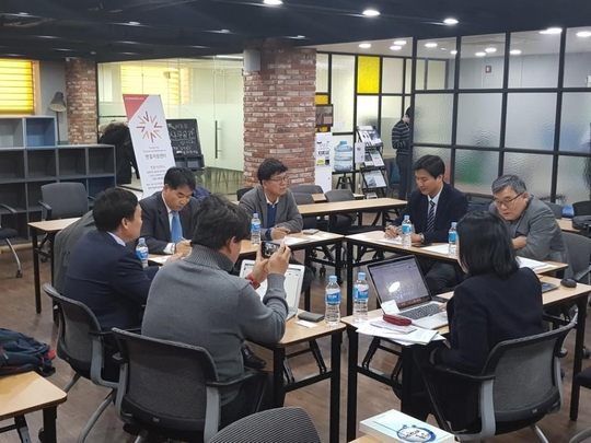 2017년 12월7일 조선비즈 지성연결센터에서 열린 로그인 투 매트릭스 좌담회에 참석한 전문가들이 토론을 벌이고 있는 모습. / 심민관 기자