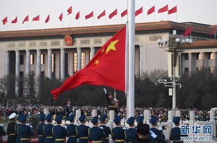 중국 관영 신화통신은 무장경찰이 해오던 텐안먼 광장의 국기게양식을 1월1일부터 인민해방군이 주관하기 시작했다고 전했다.새해 첫날 게양식  /신화망