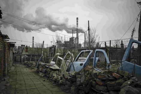 중국이 새해에도 환경보호세 신설 등 환경규제를 크게 확대한다. 환경단속 강화로 정상적인 기업의 생산까지 영향을 받고 있다는 우려가 나온다.다롄의 폐차장/블룸버그