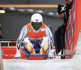 한국 루지 남자 대표 강동규(24)의 출발 장면. 스파이크 달린 장갑으로 빙판을 치며 속도를 얻는 모습이다.
