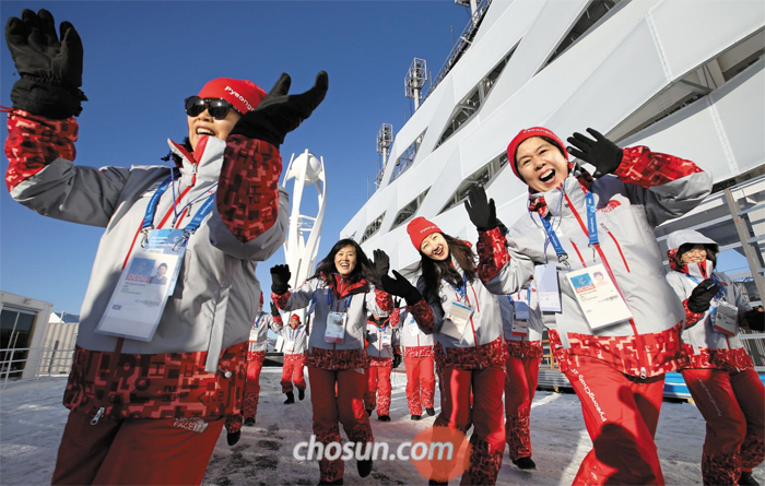 평창올림픽 자원봉사단 전체 인원의 70.5%가 여성으로 이뤄졌다. 올림픽 플라자 앞에서 파이팅을 외치는 여성 자원봉사자들의 모습.