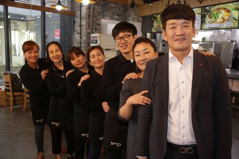 김성학(오른쪽 세 번째) 사장이 일호협동조합 조합원들과 함께 찍은 사진. /한국창업전략연구소 제공