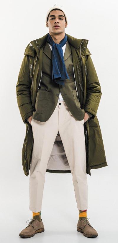 재킷 위에 걸친 올리브그린색 롱패딩.