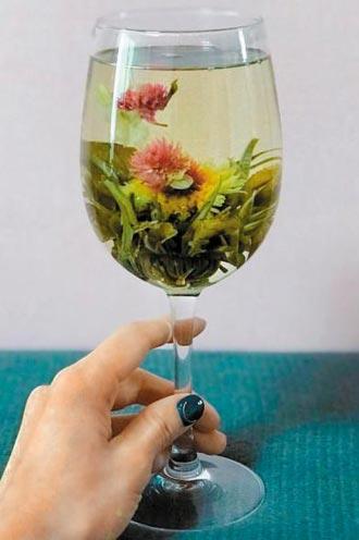 와인 잔에 꽃차를 우려낸 모습.