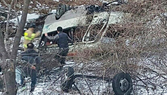 2일 오후 강원 양구군의 도고터널 인근에서 신병 20명을 태운 군용버스가 도로 옆 5m 아래로 추락했다. 중상 3명을 포함해 22명이 부상했다.