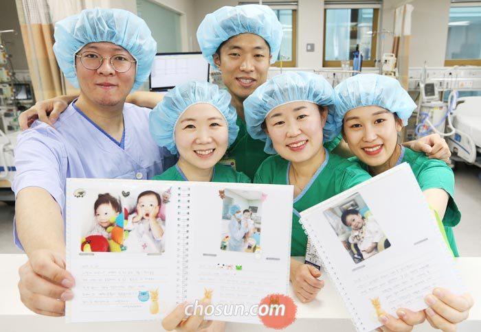2일 서울 신촌세브란스병원 심장혈관병원에서 의료진이 소아 환자를 위해 만든 다이어리를 들고 활짝 웃고 있다.