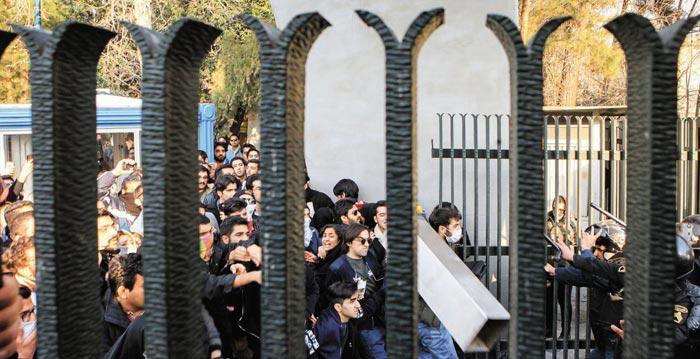 지난달 30일 이란 수도 테헤란의 테헤란대학에서 학생들이 반(反)정부 시위를 벌이다가 경찰과 대치하고 있다.