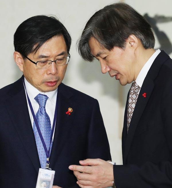 조국(오른쪽) 청와대 민정수석이 2일 오전 청와대에서 열린 새해 첫 국무회의에 앞서 박상기 법무부 장관과 이야기를 하고 있다.