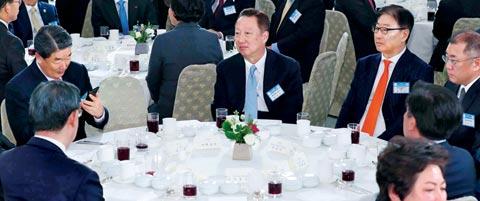 박용만 대한상공회의소 회장, 4대 그룹 대표 등 재계 인사들이 2일 청와대 영빈관에서 열린 신년 인사회에 참석해 앉아 있다.