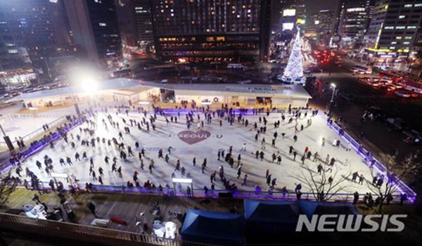 22일 오후 개장된 서울 중구 서울광장 스케이트장에서 많은 시민이 스케이트를 즐기고 있다.