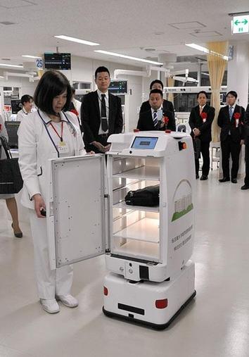 아사히신문은 일본 나고야대학병원이 의약품과 테스트 샘플 등을 운반하는 자율주행로봇을 야간근무에 배치한다고 1일 보도했다.  / 아사히신문 제공