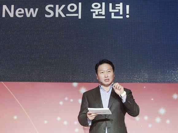 최태원 SK그룹 회장이 2일 서울 광장동 워커힐 호텔에서 'New SK'를 만들기 위한 실천방안에 대해 설명하고 있다./SK 제공