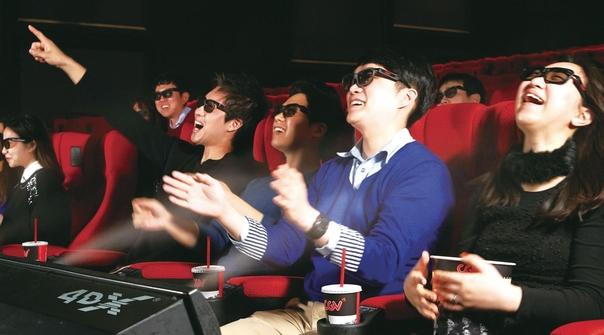 고객들이 CJ CGV 용산아이파크몰 오감 체험 특별관 '4DX'에서 영화를 보고 있다./CJ CGV 제공