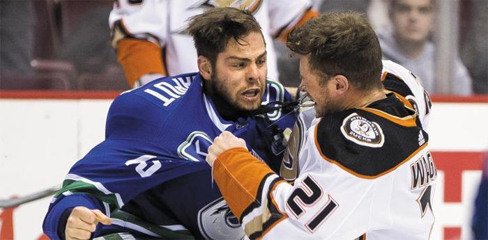 밴쿠퍼 캐넉스의 마이클 샤푸(왼쪽)와 애너하임 덕스의 크리스 와그너가 지난 2일 NHL(북미아이스하키리그) 경기 도중 주먹다짐을 하고 있다. NHL에선 종종 벌어지는 장면이다.