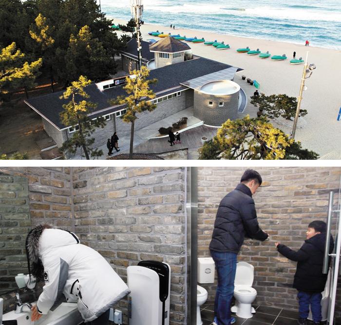강릉 경포해변 공중화장실(위)은 안과 밖을 최신 설비로 리모델링했다. 가운데 둥근 원통 부분이 독립 공간으로 마련된 가족 화장실이다. 변기와 세면대가 유아용과 성인용으로 나누어져 가족이 사용하기 편리하다. 아빠, 딸, 아들이 화장실을 이용하는 모습(아래).
