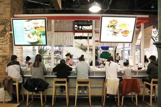 채선당 샤브보트 스타필드고양점에서 손님들이 식사하고 있다. /한국창업전략연구소 제공