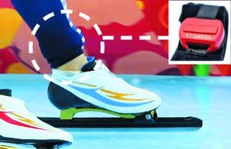 스피드스케이팅 선수가 발목 부위의 경기복 안쪽에 트랜스폰더(하얀색 원)를 착용한 모습.