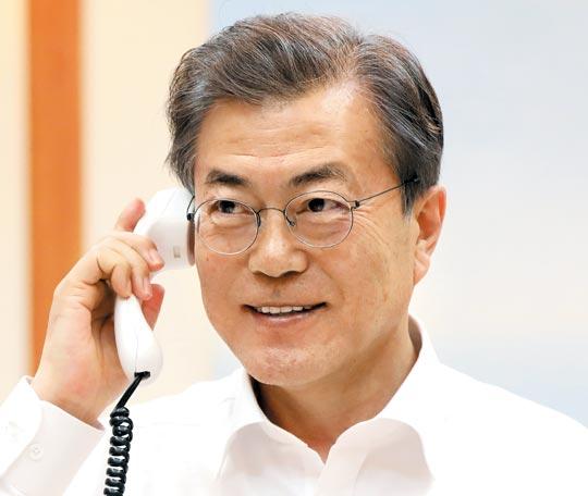 문재인 대통령이 4일 청와대 관저에서 도널드 트럼프 미 대통령과 전화 통화를 하고 있다.