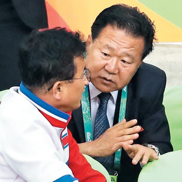 최룡해(오른쪽) 북한 노동당 중앙위원회 부위원장이 2016년 8월 브라질에서 열린 하계올림픽 당시 리우데자네이루의 한 경기장에서 북측 관계자들과 이야기하는 모습.