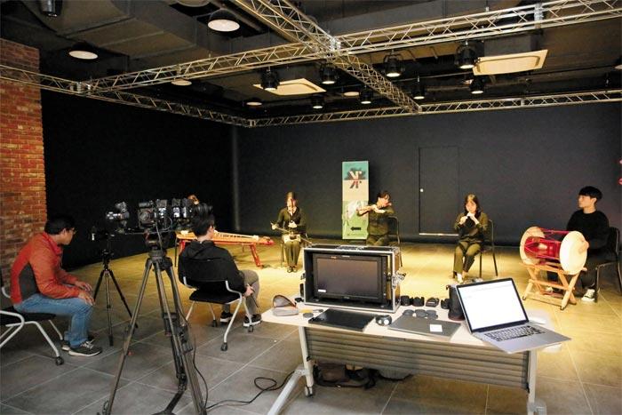 수원대 미래혁신관(②)은 첨단 기술을 접목한 융합 교육과 산학협력의 장(場)이다. 가상현실(VR) 기기를 활용한 수업을 하거나(①), 조건을 달리해 악기를 연주하며 VR 영상을 제작하는 등 다양한 방식으로 최첨단 기술을 연구한다(③).
