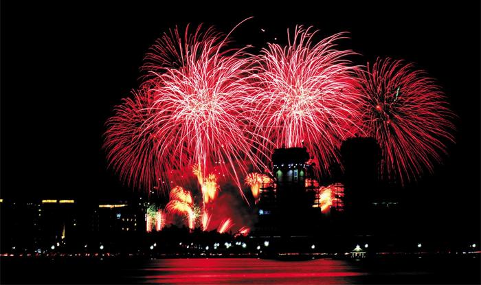 평창 동계올림픽 개최 1년을 앞두고 지난해 강원 강릉시 경포 해변에서 진행된 세계불꽃축제.