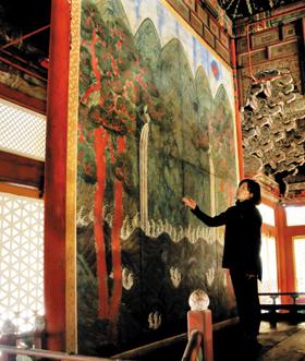덕수궁 중화전의 '일월오악도'. 제작된 지 113년 만에 해체돼 보존 처리에 들어간다.