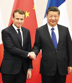 에마뉘엘 마크롱(왼쪽) 프랑스 대통령이 중국 국빈 방문 첫날인 8일 베이징의 국빈관 댜오위타이에서 시진핑 중국 국가주석과 악수하고 있다.